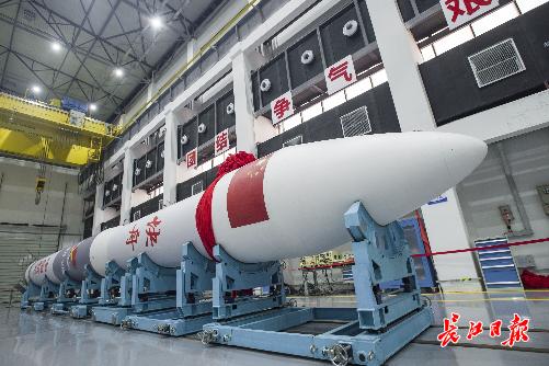 """8月21日,武汉市新洲区航天科工火箭技术有限公司火箭产业园,""""新洲号""""火箭准备出征酒泉卫星发射中心,择机发射。长江日报记者 胡冬冬 摄"""