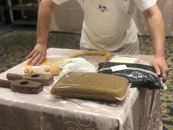新雅大厨演示月饼制作过程