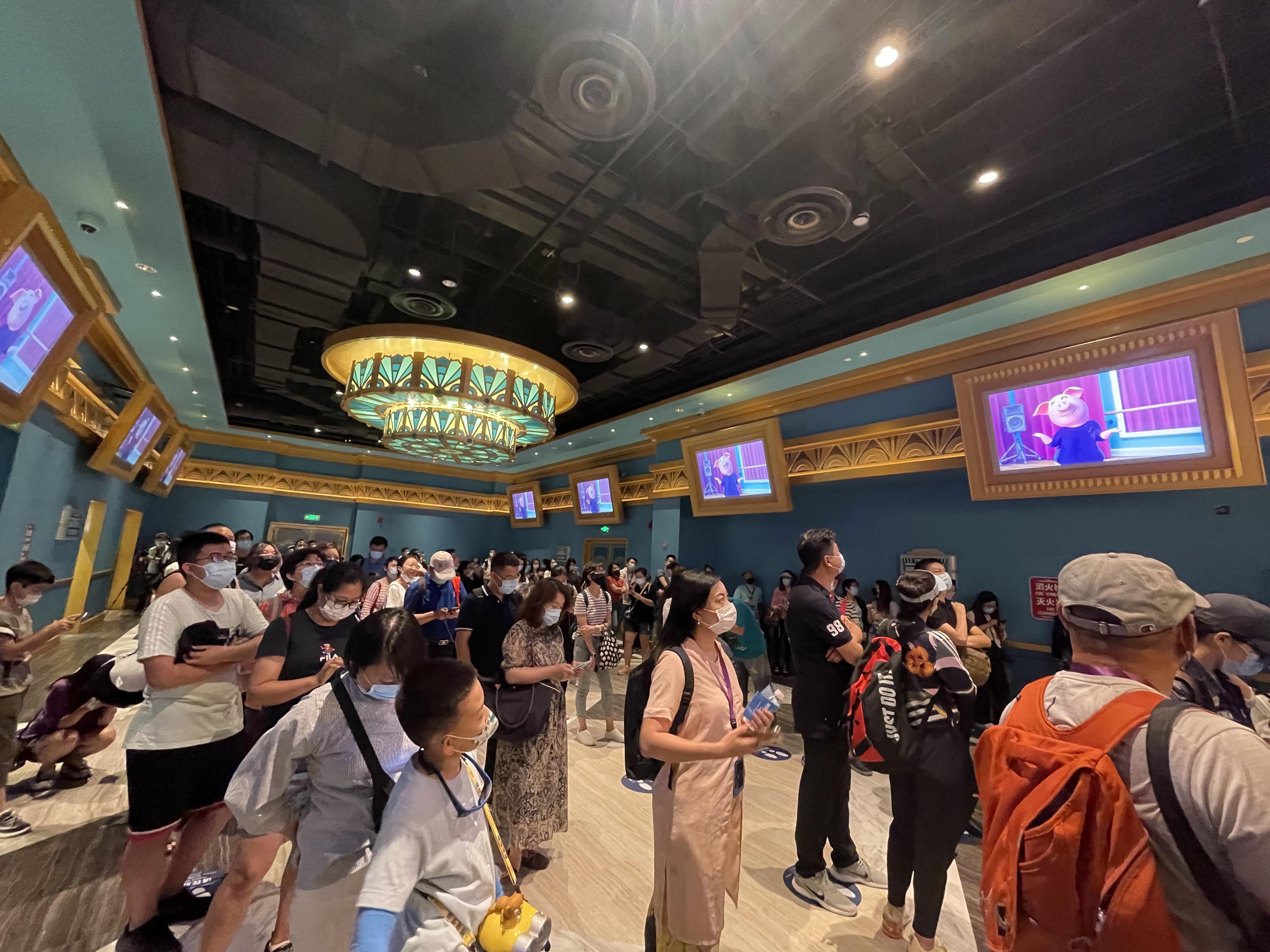 """游客在排队等待进入""""欢乐好声音巡演""""。"""