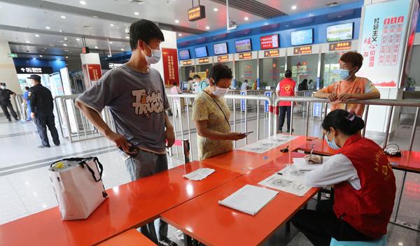 2021年8月26日,南京汽车客运站(小红山站)恢复运营首日,没有电子信息的乘客登记个人信息。 本文图片均为 视觉中国 图