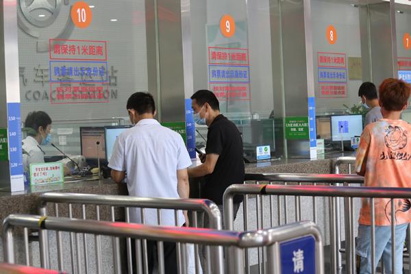 2021年8月26日,南京汽车客运站(小红山站)恢复运营首日,乘客戴口罩有序购票。2021年8月26日,南京汽车客运站(小红山站)恢复运营首日,乘客戴口罩、测温和出示健康码后有序进入,在售票大厅购票后,进入候车大厅等候,然后根据乘车提示,检票后乘坐客运大巴。