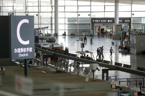 2021年8月26日,江苏南京,禄口国际机场恢复国内航班运行。恢复运营的南京禄口国际机场T2航站楼。10时15分,从南京禄口机场飞往青岛胶东机场的MU2923航班起飞。这也是自7月23日因疫情全面停航以来,从南京禄口机场起飞的首个客运航班。