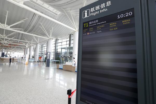 2021年8月26日,江苏南京,禄口国际机场恢复国内航班运行。南京禄口国际机场T1航站楼,大屏上显示HO1721航班飞往成都飞往成都天府国际机场的航班信息。
