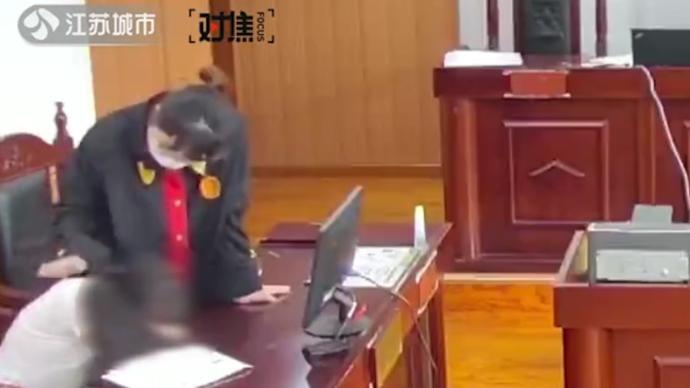 原告在法庭上突發心梗,法官教科書式救人