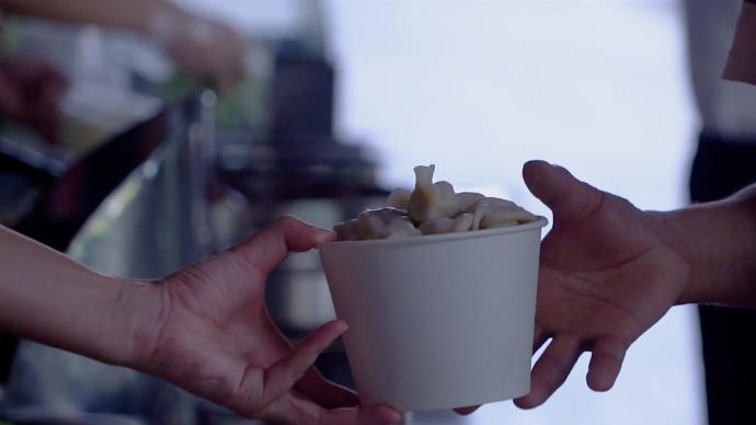 郑州暴雨砸窗救人小伙做爱心水饺:9块8管够,会一直做下去