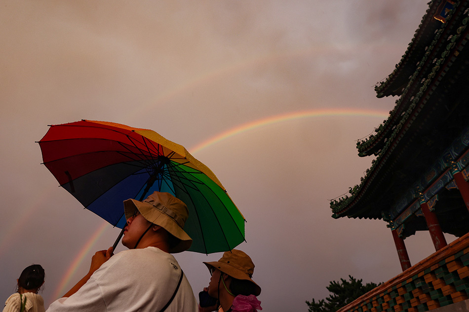 2021年8月26日傍晚,北京城區部分地區降雨后,空中出現雙彩虹,市民們在景山公園觀賞。中新社記者蔣啟明/人民視覺 圖