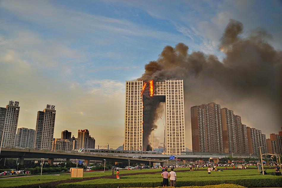 2021年8月27日,大連金普新區凱旋國際大廈發生火災。整個滅火救援行動長達7個多小時,所幸無人員傷亡。人民視覺 圖