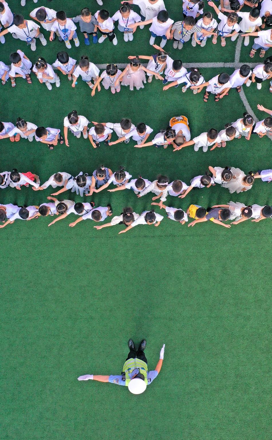 8月30日,浙江省臺州市仙居縣公安局交警大隊民警向一年級新生們宣講交通法規、安全防范、標志標線等方面的交通安全法規及常識。