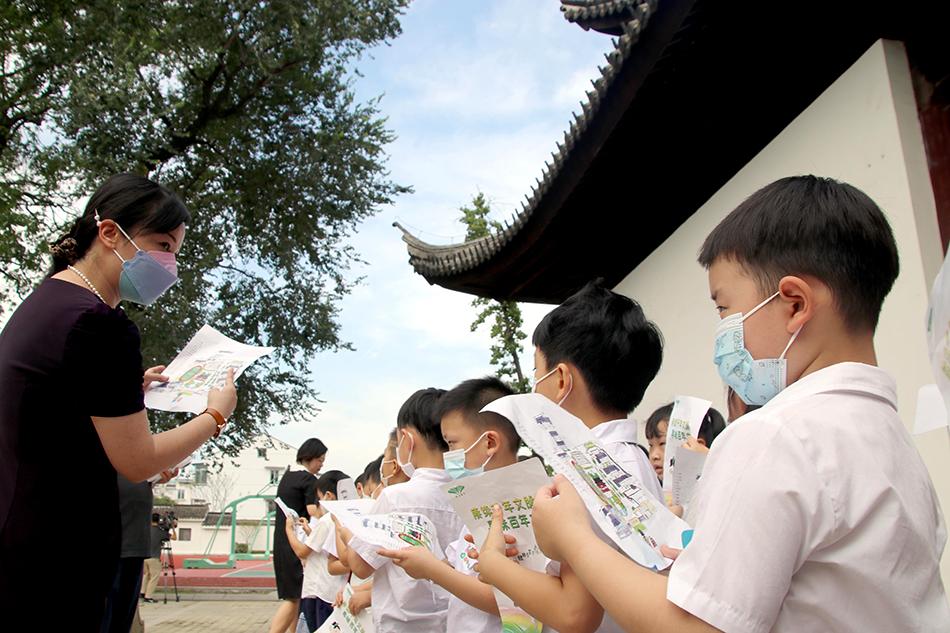 8月30日,蘇州市平江實驗學校新生開學報道首日,學校組織438名一年級新生在校園老師和手繪地圖的指引下分批參觀了學校,感受學校文化,幫助新生更快融入校園生活,增加歸屬感和榮譽感,為他們的小學生活打開篇章。