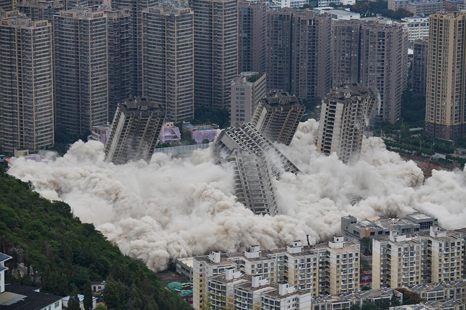 2021年8月27日,昆明,麗陽星城二期部分地塊15棟爛尾樓被實施爆破拆除。由于相關企業資金鏈斷裂等原因,自2013年底停工爛尾至今。此次爆破拆除是昆明全力推進爛尾樓化解工作的重要標志。一次性拆除15棟高層建筑,在云南尚屬首次,在全國也屬罕見。中新社記者劉冉陽/人民視覺 圖
