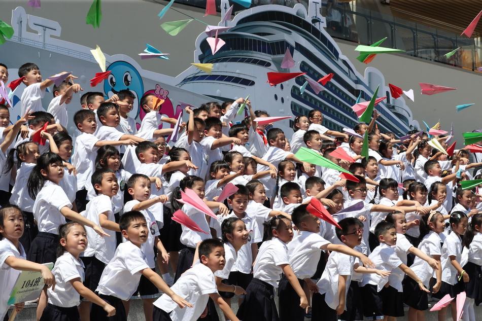 8月30日,浙江寧波,華師大寧波藝術實驗學校明湖校區正式啟用,首批接收的小學一年級新生和初中一年級新生參加了2021學年第一學期開學典禮。在開學典禮上,學生們放飛紙飛機讓新校園迎來蓬勃發展的新時刻。