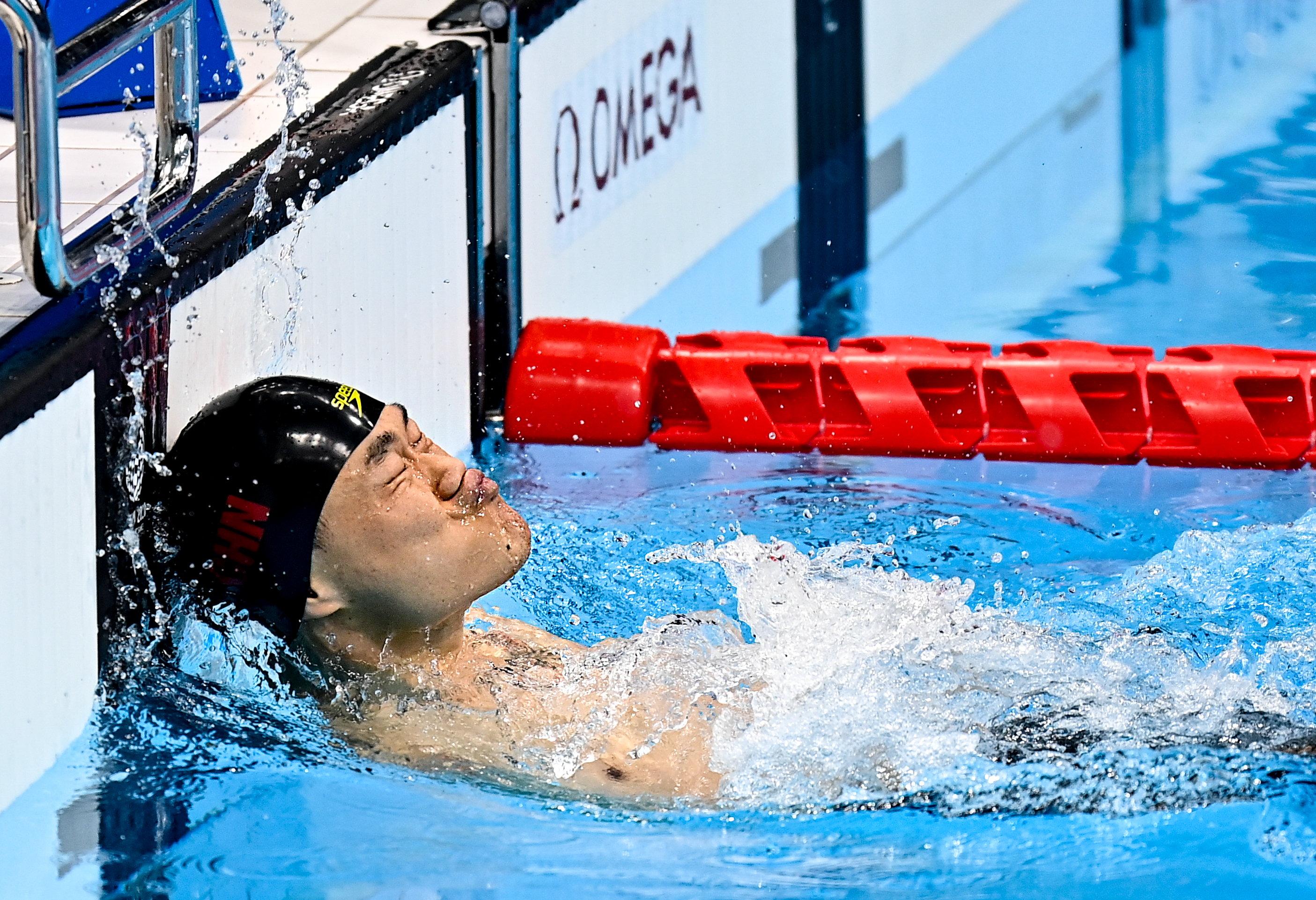 郑涛用头狠狠撞击泳池壁冲线。