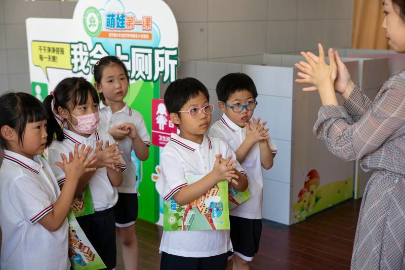 """8月25日,新生們跟著老師學習六步洗手法。當日,上海市武寧路小學一年級新生按班級分批入校,以闖關探秘的方式獨立參加定制版""""萌娃探秘第一課""""。上觀新聞 賴鑫林 圖"""