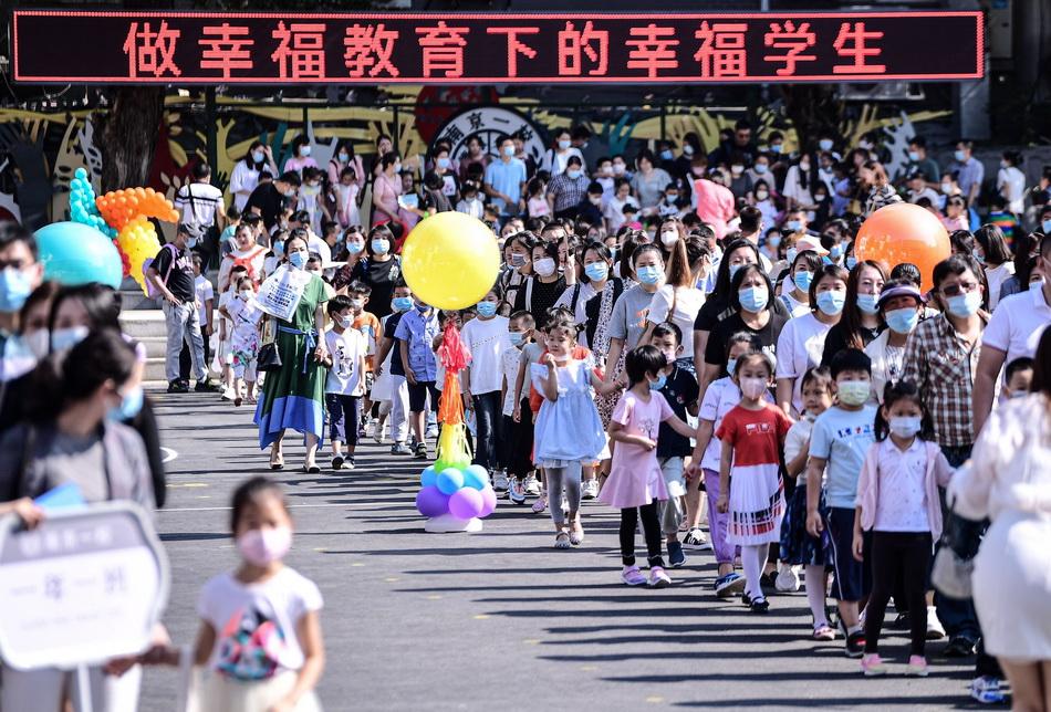 8月30日,遼寧沈陽,在沈陽南京街第一小學,一年級新生在家長的帶領下來到學校報到。