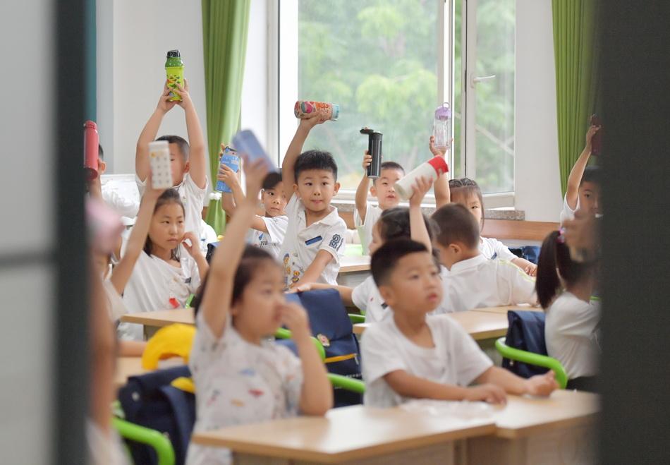 8月23日,長春市第一實驗中海小學的一年級小學生迎來校園新生活。