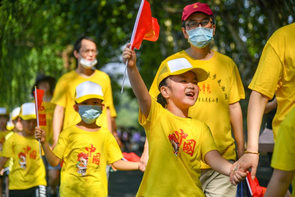8月29日上午,杭州文龍巷小學一年級全體新生和家長手拉手徒步走西湖,邁出求學第一步。 徒步走西湖是文龍巷小學堅持了八年的新生入學禮,是對學校體育精神的延續和傳承。