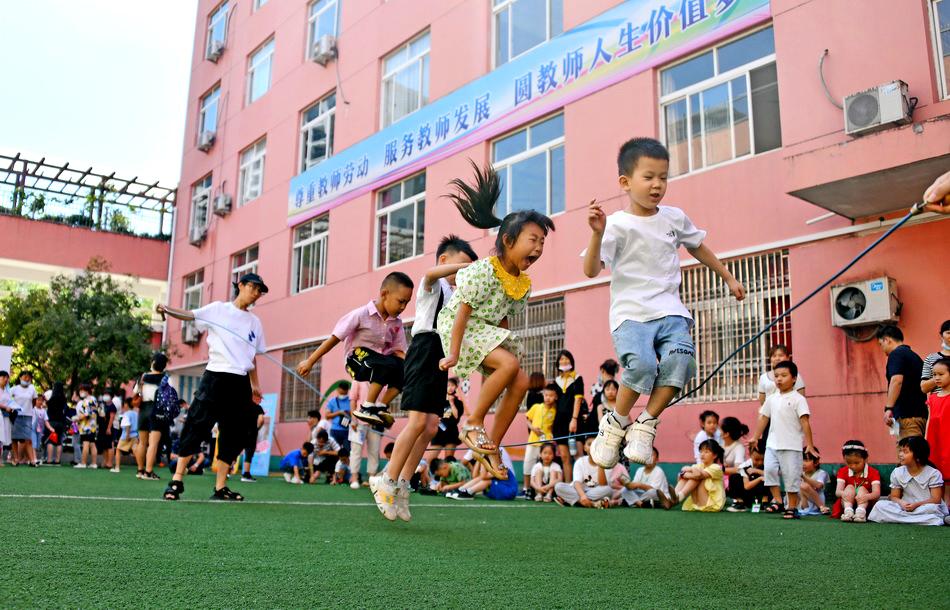8月30日,浙江臺州市仙居縣第一小學的一年級新生們正在玩跳繩運動游戲。