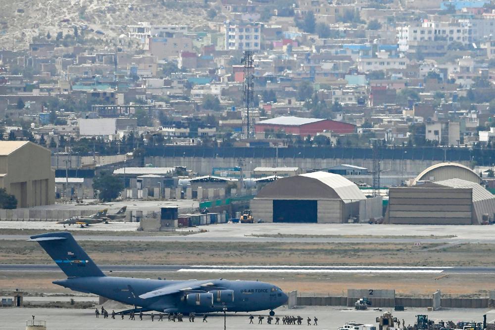 當地時間2021年8月30日,阿富汗喀布爾機場,美國士兵登上一架軍機。
