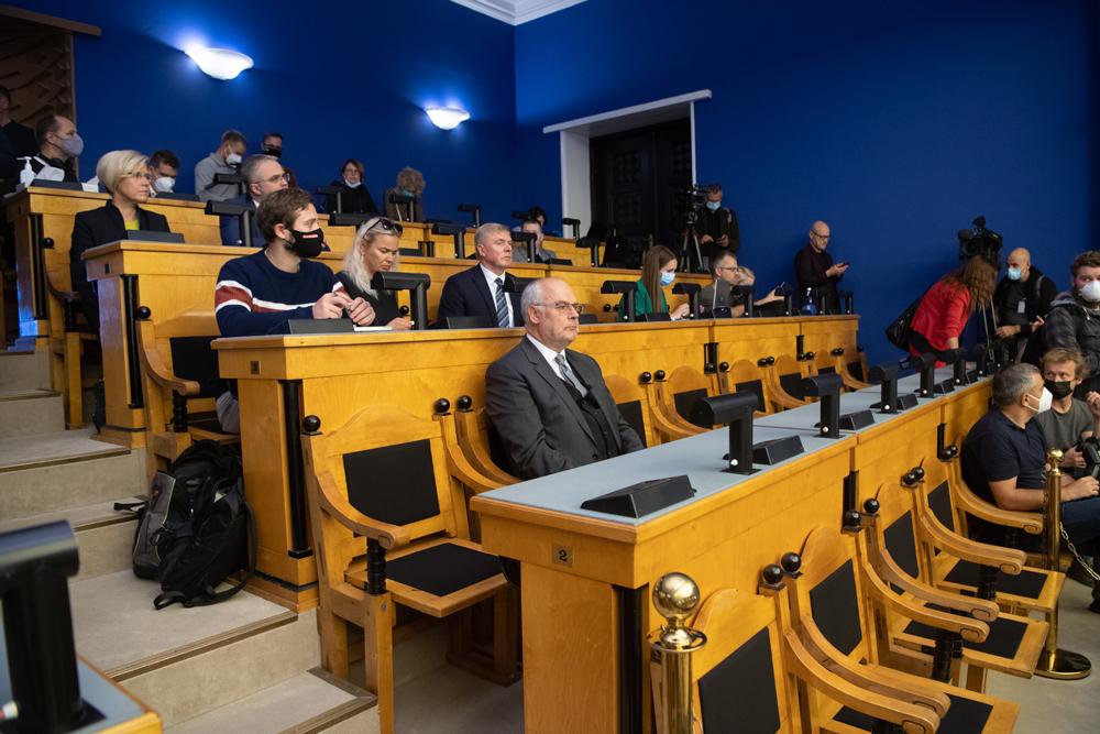 當地時間2021年8月30日,愛沙尼亞塔林,總統候選人卡里斯(中)在議會出席總統選舉首輪投票。