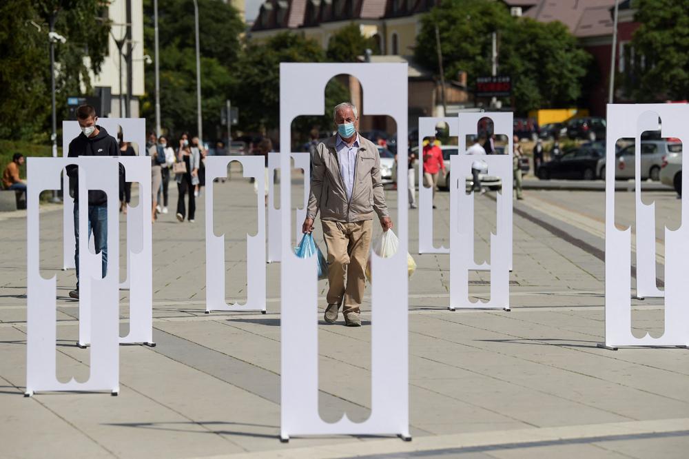 當地時間2021年8月30日,科索沃地區普里什蒂納,失蹤者國際日到來,志愿者擺放人形紙板,紀念在科索沃戰爭中失蹤的大約1700名科索沃阿爾巴尼亞人。
