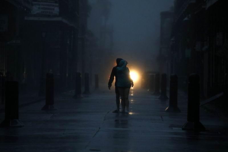 城市停電后的街道。