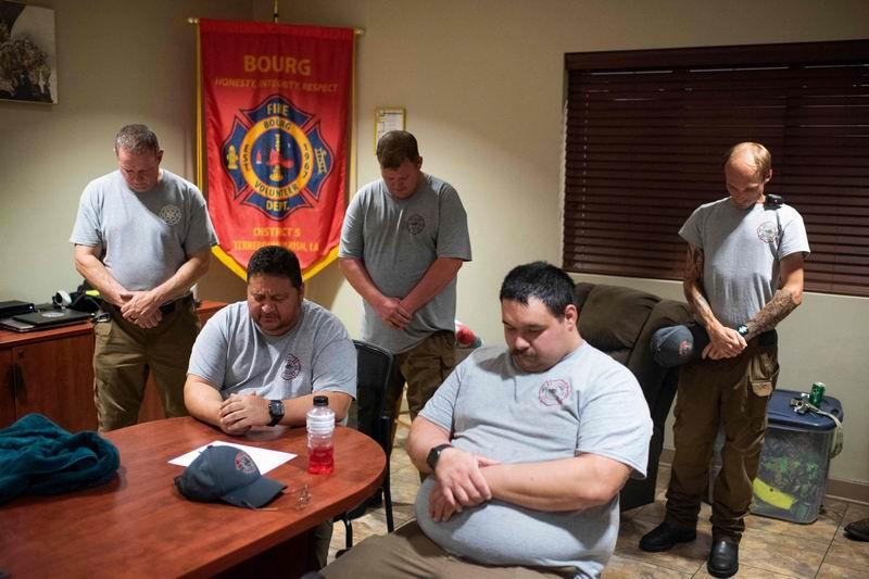 當颶風眼靠近路易斯安那州時,消防員們一起祈禱。