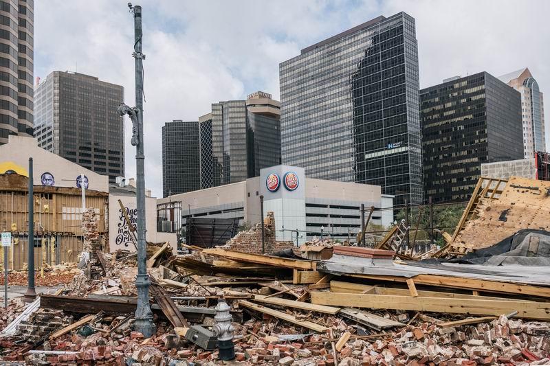 """""""艾達""""過后,城市的建筑被損毀。"""