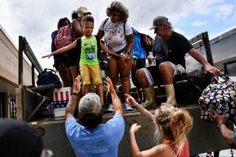 志愿者幫助居民撤離,并送達當地救援點。