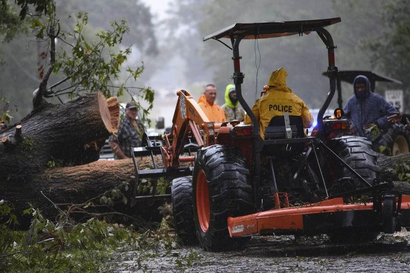 """2021年8月31日,颶風""""艾達""""之后,密西西比州奧西卡市的志愿者和城鎮官員開始進行清理工作。"""
