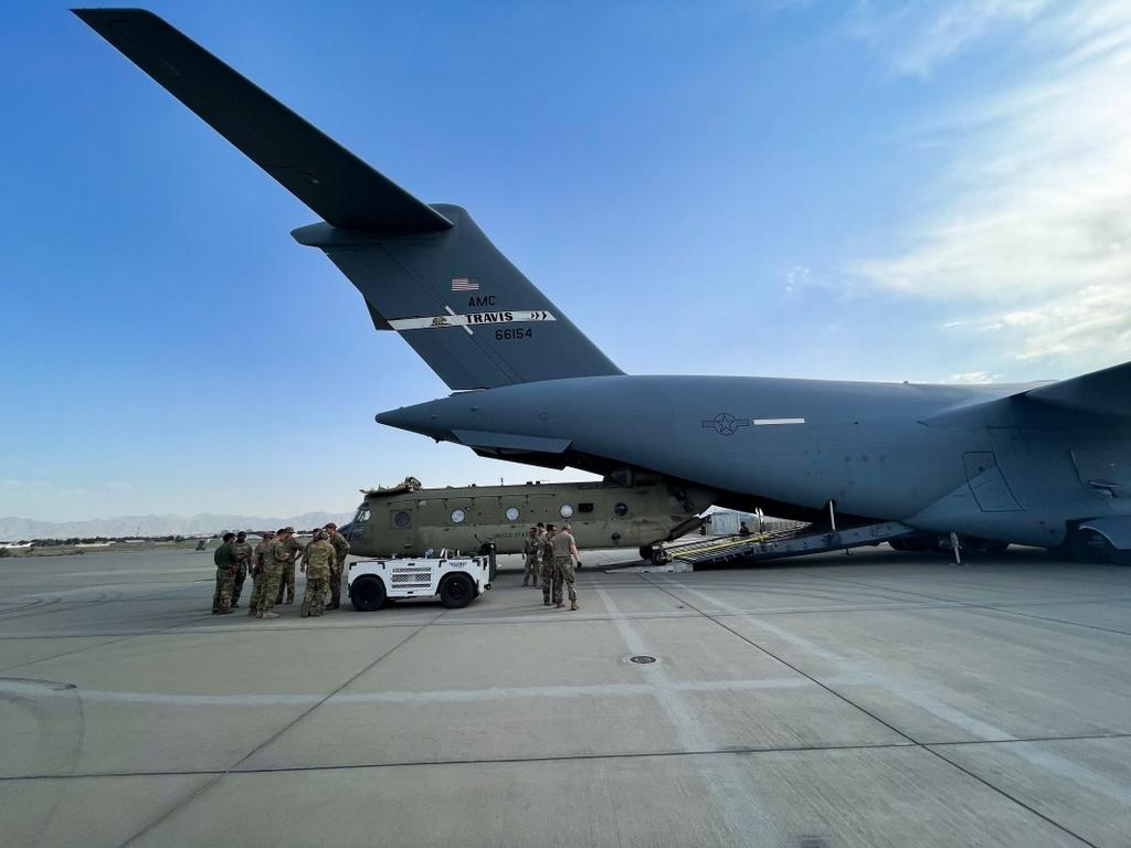 當地時間2021年8月28日,一架CH-47運輸直升機在阿富汗喀布爾國際機場被裝載到C-17運輸機上。