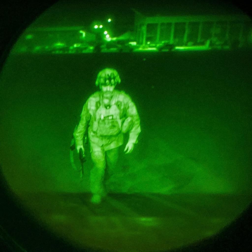 當地時間2021年8月30日,阿富汗喀布爾,美國陸軍第82空降師、第18空降兵團指揮官克里斯·多納休少將在哈米德·卡爾扎伊國際機場登上一架C-17運輸機。