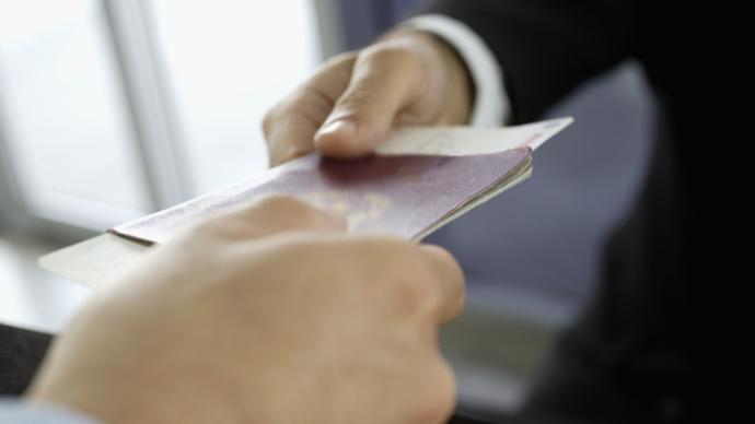 """中国留学生称""""补交8800元加急费未出签"""",英使馆:在查"""
