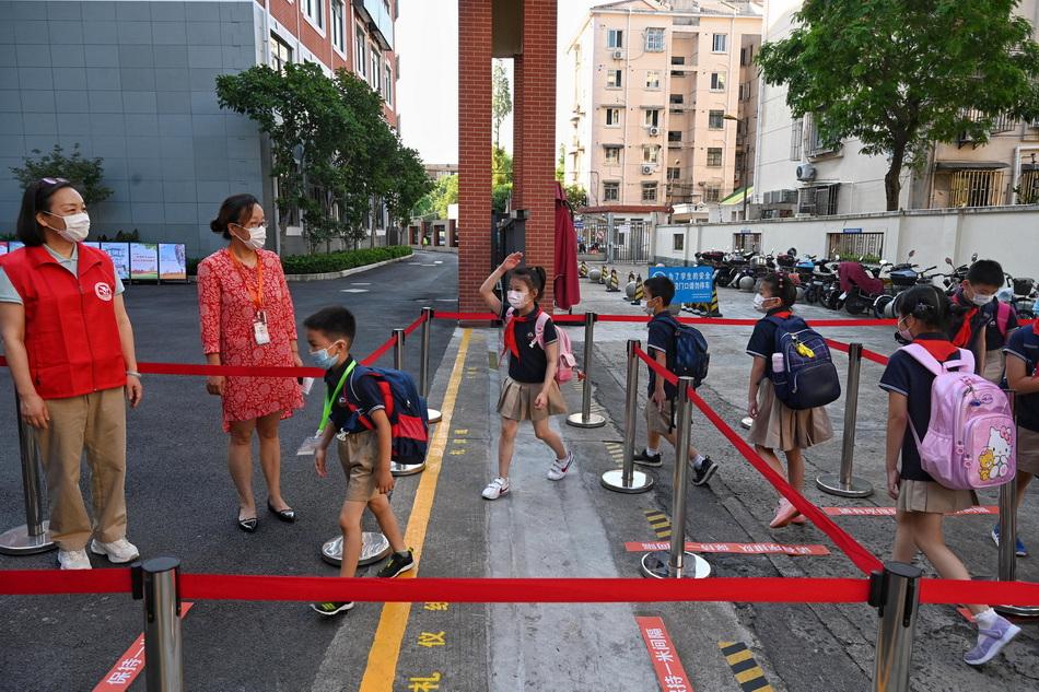 學生在蛇形通道向老師敬禮,學校設置的蛇形通道可以防止人員密集。澎湃新聞記者 孫湛 圖