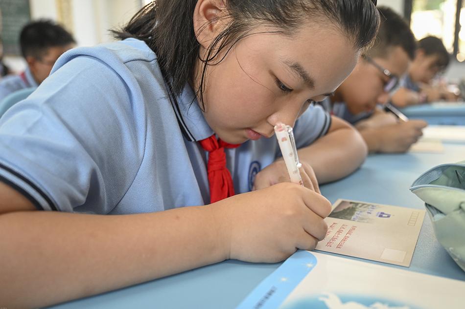 """七寶金都六年級一班的學生在明信片上給""""四年后的自己""""寫信。澎湃新聞記者 朱偉輝 圖"""