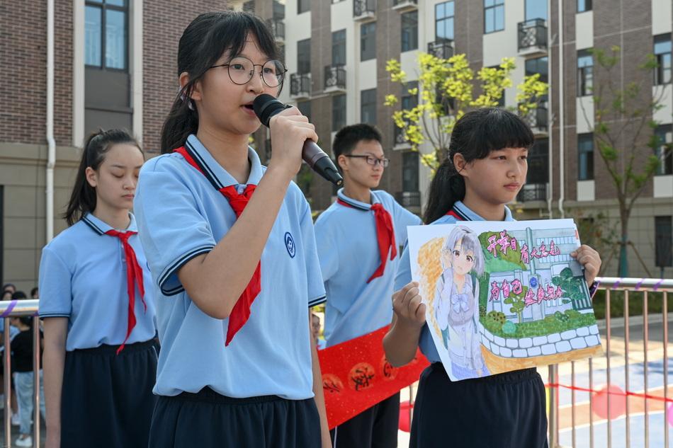 學生展示自己的畫作。澎湃新聞記者 朱偉輝 圖