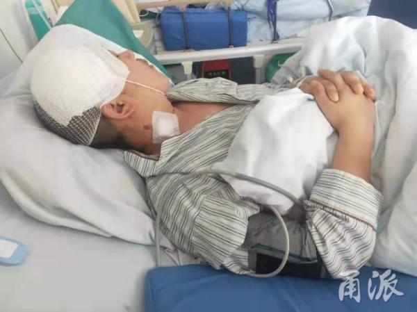 受伤后躺在病房里的王小现。甬派新闻客户端 图