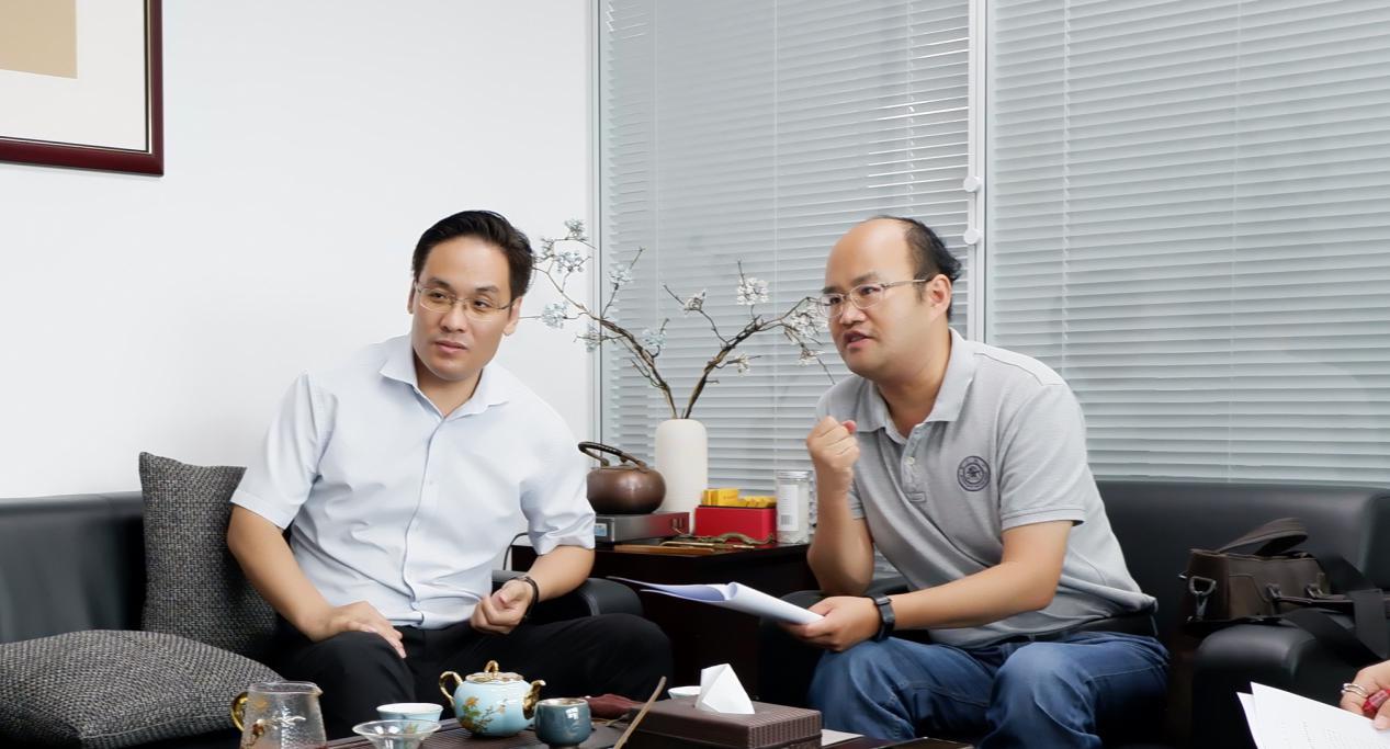 上海交通大学设计研究总院副院长赵国华(左)、上海交通大学土木工程系副教授徐峰(右)