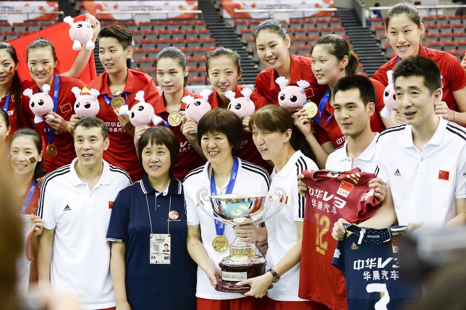 2015年9月6日,日本名古屋,2015女排世界杯第四階段,中國女排戰勝日本隊,最終獲得冠軍。女排隊員和教練賽后合影。