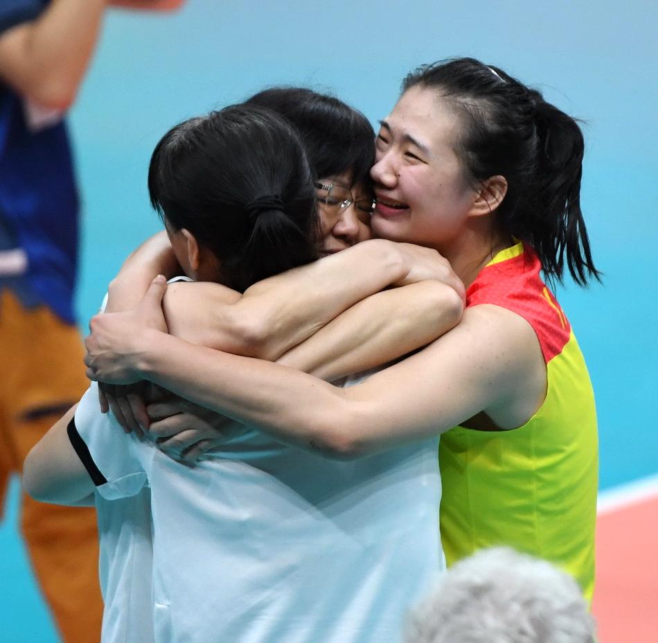 2016年8月21日,巴西里約熱內盧,中國女排奪得2016里約奧運會女排冠軍,郎平和隊員擁抱在一起。?