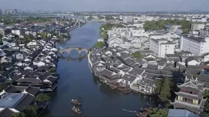 以放生橋為界,朱家角古鎮兩邊的風貌