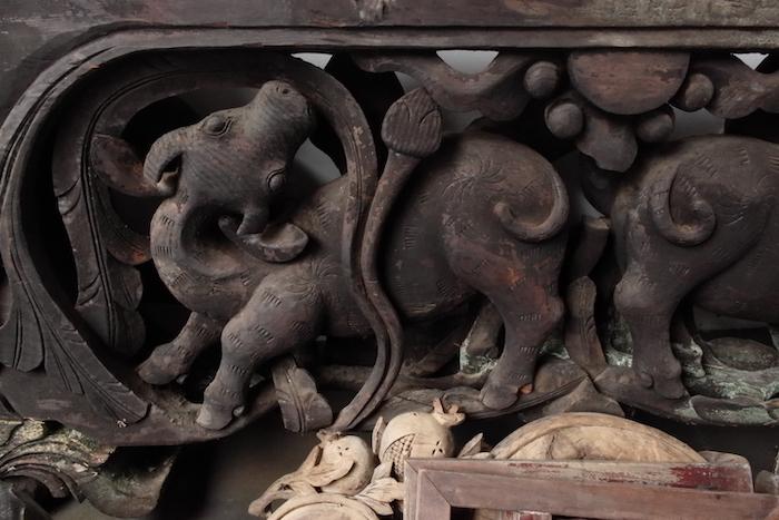 修繕后的珠浦電燈廠內陳列的木雕