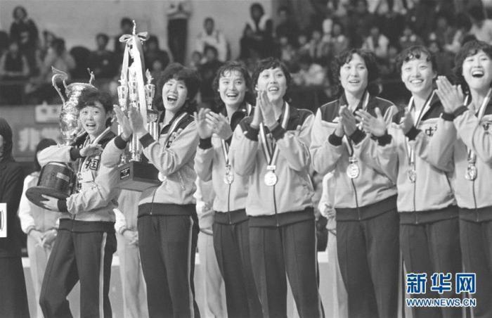 1981年11月16日,中國女排在第三屆女排世界杯頒獎儀式上。 新華社發 圖片來源:新華網