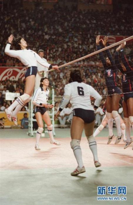 郎平在第九屆世界女排錦標賽與美國隊的比賽中扣球。 新華社記者 官天一 攝 圖片來源:新華網