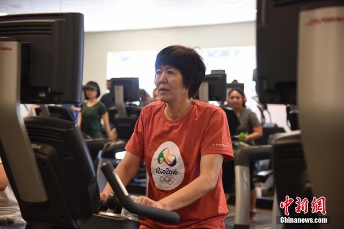 2017年,郎平在洛杉磯進行術后康復訓練。中新社記者 張朔 攝