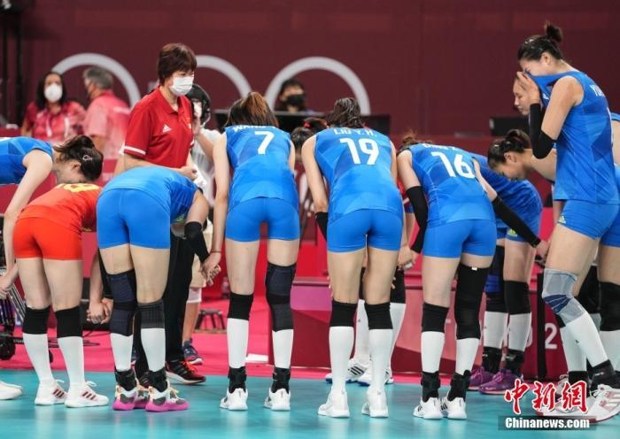 東京奧運會,中國女排以小組賽2勝3負的戰績結束了東京奧運之旅。圖為比賽結束后,隊員向郎平鞠躬。 中新社記者 杜洋 攝