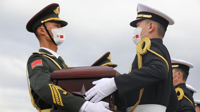 中韩双方交接第八批在韩中国人民志愿军烈士遗骸