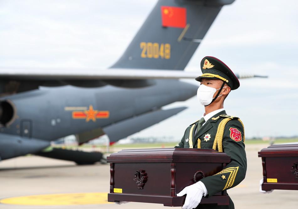 2021年9月2日,在韓國仁川國際機場,中國人民解放軍禮兵護送烈士棺槨。