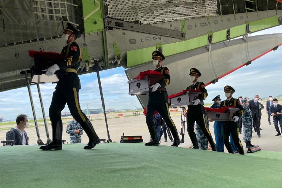 2021年9月2日,韓國仁川國際機場,中國禮兵手捧烈士棺槨走進運20專機。
