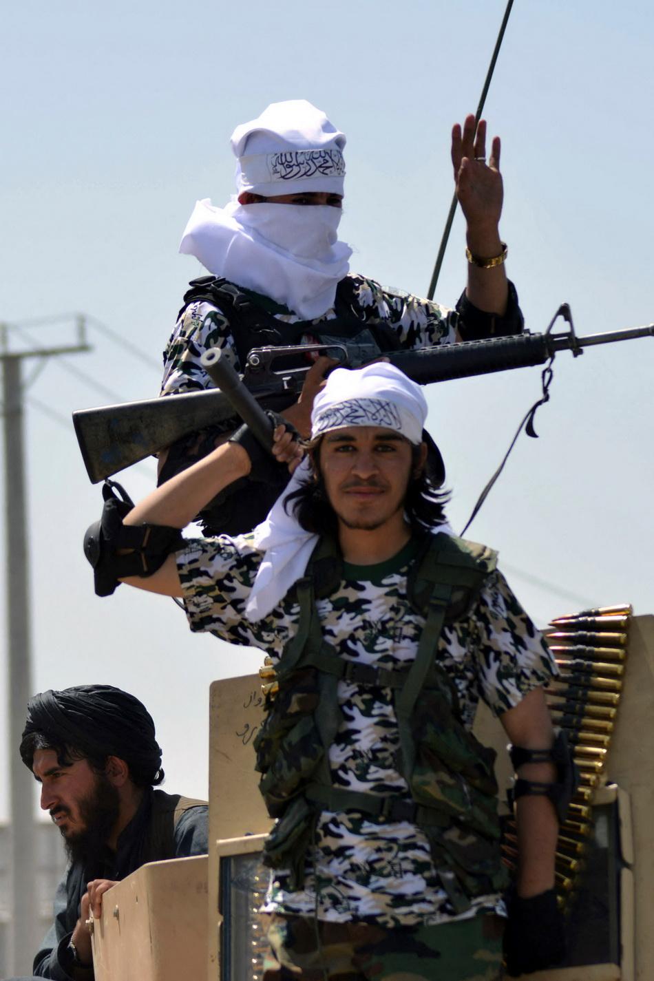 當地時間2021年9月1日,在慶典上,手握武器的塔利班士兵。