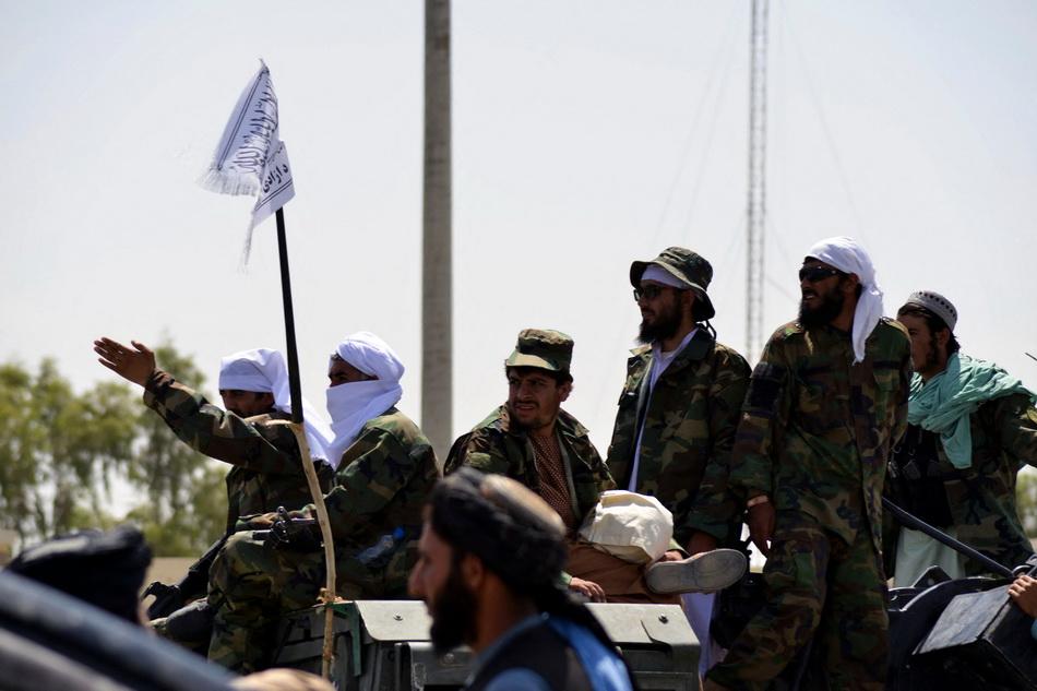當地時間2021年9月1日,塔利班士兵站在裝甲車上。